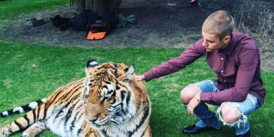 Acá, con un tigre en la fiesta de su padre. Los animalistas saltaron. Foto:vía Instagram
