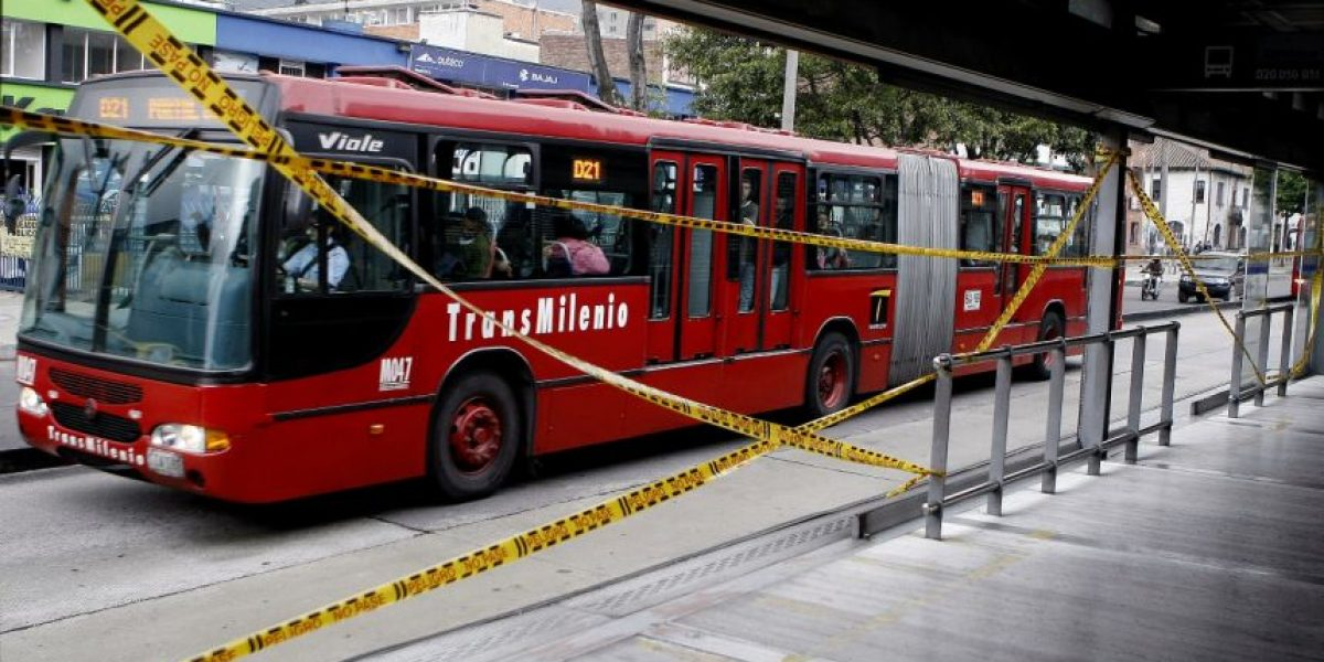Bus de TransMilenio se incendia en el centro de Bogotá