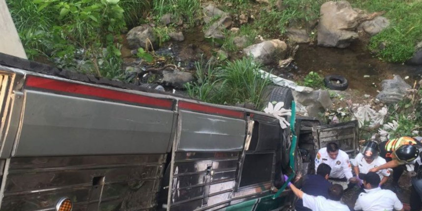 Zermeño tuvo tiempo de agradecer a los bomberos el trabajo que hacían para rescatarlo tras quedar prensado entre la puerta y el timón del autobús. Foto:Grupo Emisoras Unidas