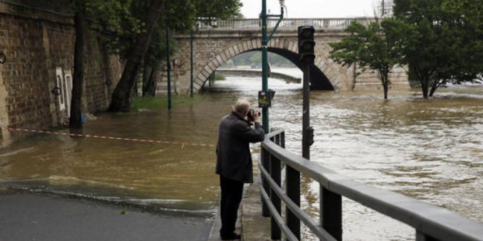 La crecida del río Sena alcanzó los 5.13 metros (16 pies). Foto:AP