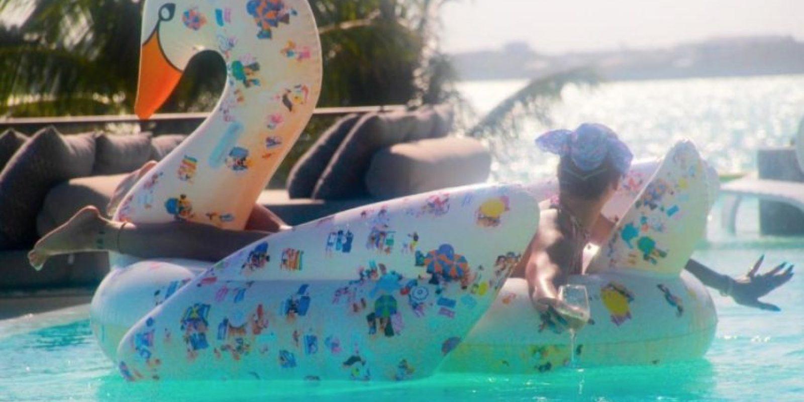 Posó en un ganso inflable en su piscina Foto:Vía Instagram/@mdollas11
