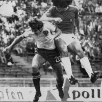El defensor es uno de los mejores jugadores que ha tenido Chile, pero nunca pudo celebrar un título con la selección chilena. Es que hasta antes de Chile 2015, la Roja nunca había ganado un torneo y por eso Elías Figueroa se conformó con el tercer lugar obtenido en el torneo de 1979. Además, jugó en la edición de 1967. Foto:AFP