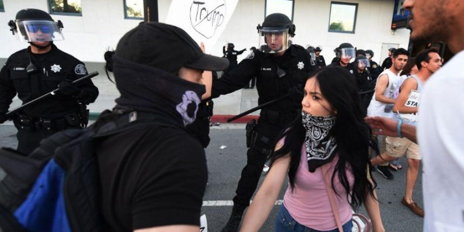 Los detractores de Trump esperaron a sus simpatizantes al salir del Centro de Convenciones de San José, el pasado jueves Foto:AFP
