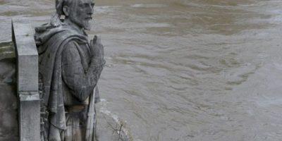 Autos y distintos monumentos han quedado cubiertos por el agua. Foto:AFP