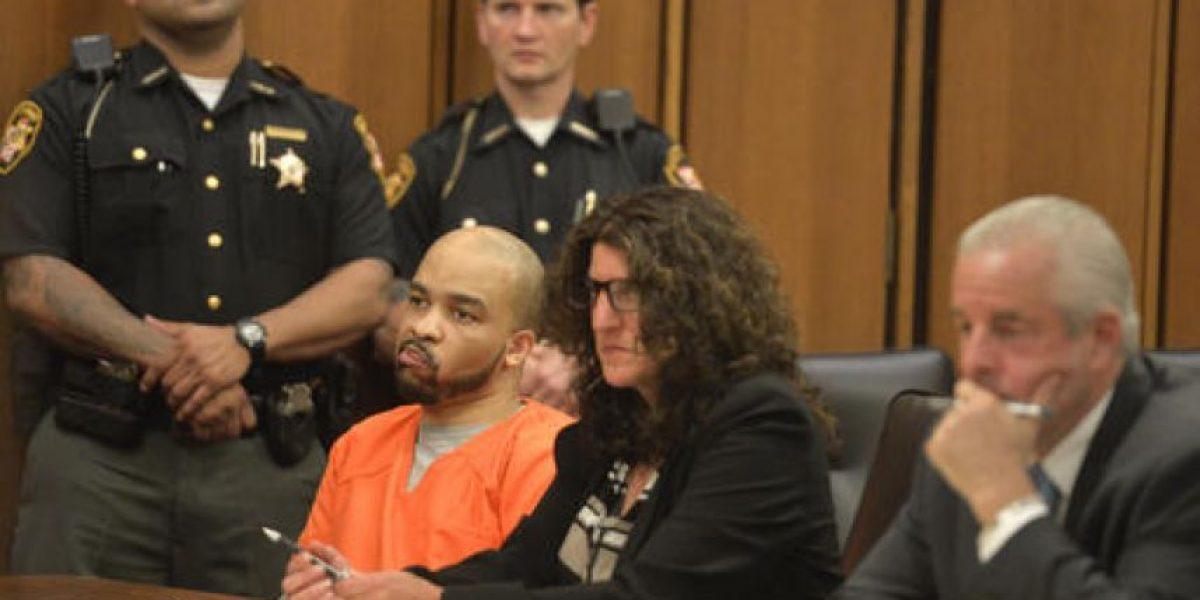 Video: Hombre agrede al asesino de su hija durante juicio