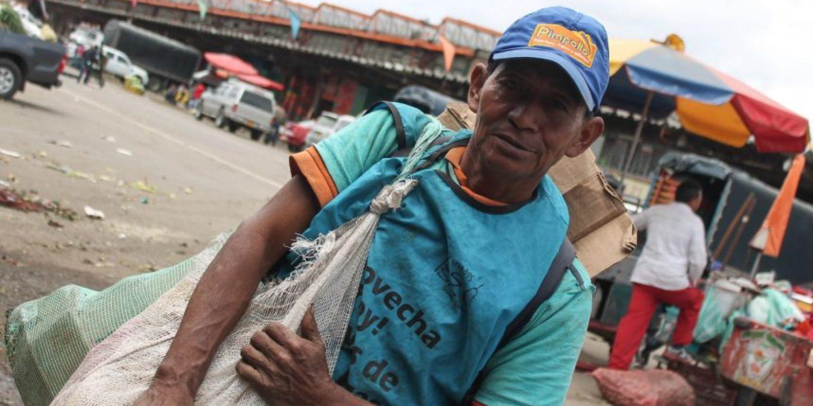 Jorge no viene por comida, viene por las bolsas de plástico y los costales que recoge luego de que son desocupados por sus dueños. Foto:Sofía Toscano- Publimetro