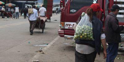 Algunos van a recibir lo que los comerciantes de Corabastos no comercializarán. Prefieren pedir a buscar entre los contenedores. Foto:Sofia Toscano-Publimetro
