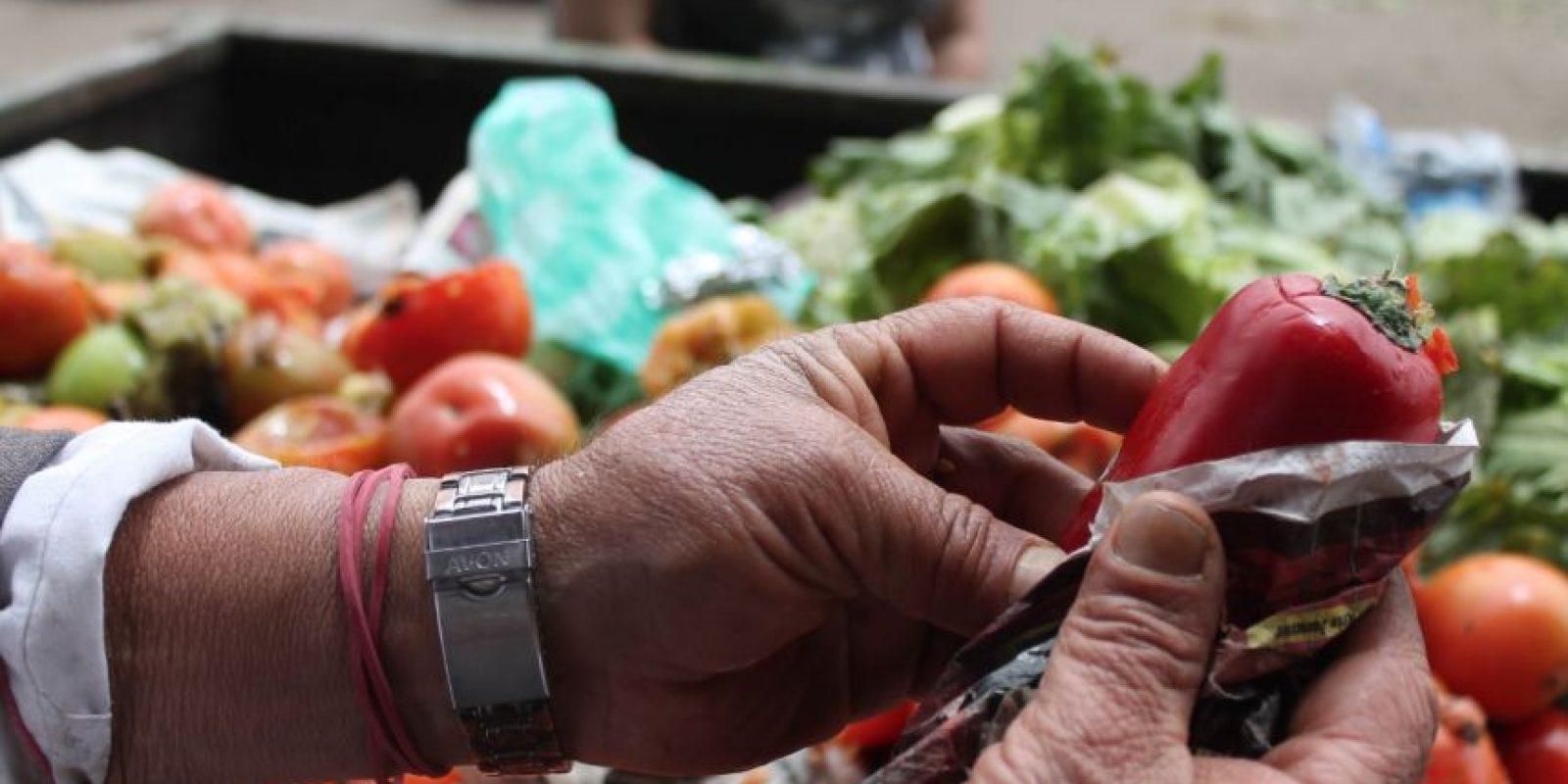 La necesidad lleva a muchas familias a buscar en los contenedores Foto:Sofía Toscano-Publimetro