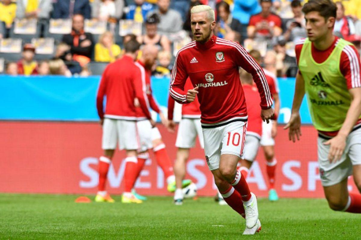 El jugador de Arsenal también impactó cuando apareció con su cabellera teñida Foto:Getty Images