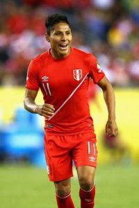 El peruano convirtió con la mano para darle la victoria por 1 a 0 a su selección, resultado que eliminó a Brasil Foto:AFP