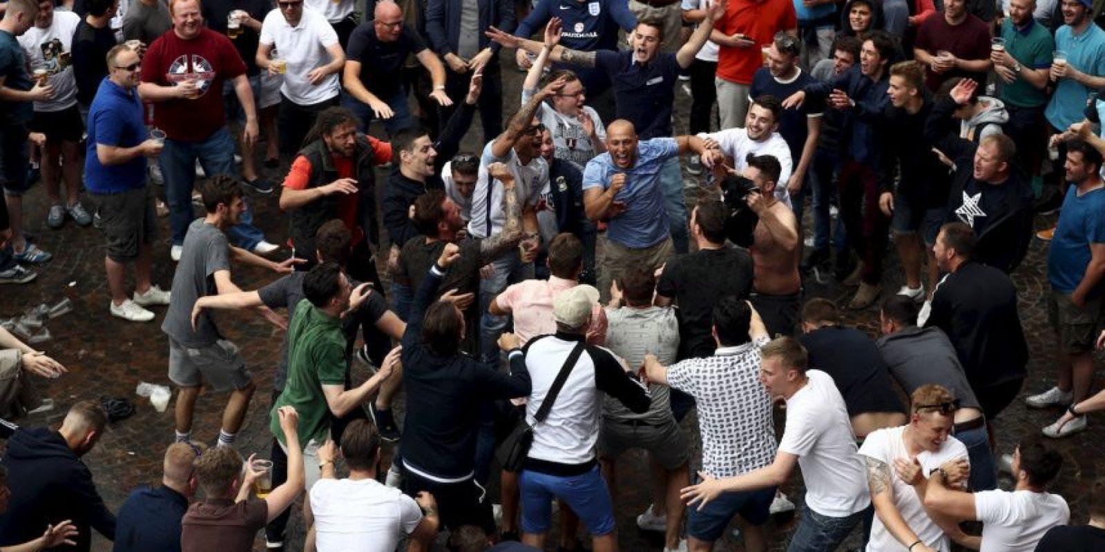 Pero ahora no sólo avergonzaron a la gente con sus peleas y disturbios, sino que fueron más allá y humillaron a unos niños gitanos que pedían limosna Foto:Getty Images