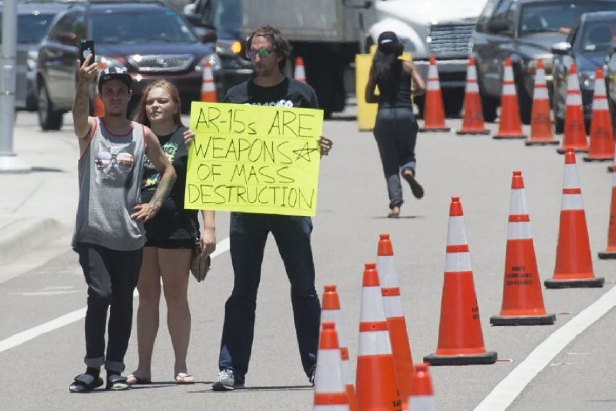 """Aquí un manifestante con un letrero: """"AR-15 son armas de destrucción masiva"""" Foto:AFP"""