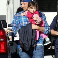 El actor de 37 años, Ashton Kutcher, fue captado sosteniendo a su pequeña hija Wyatt Isabelle en sus brazos Foto:Grosby Group
