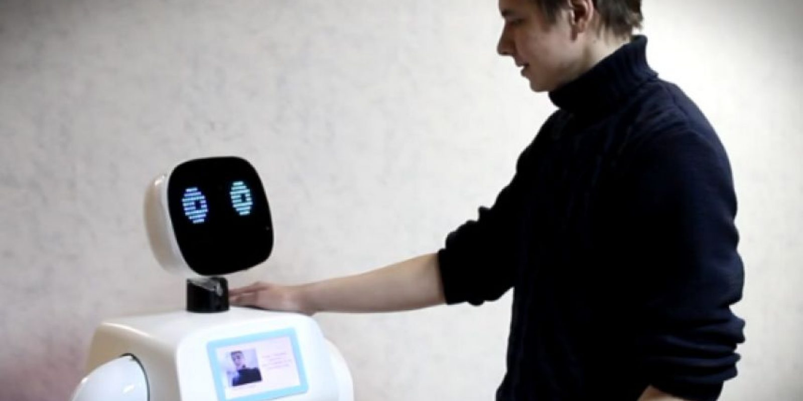 El dispositivo puede ayudar a las personas respondiendo preguntas, traduciendo frases y puede reconocer rostros. Foto:Promo-bot.ru