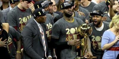 LeBron James fue clave en la victoria y además de ser elegido el MVP de la final, su tapón a Iguodala fue clave para que Kyrie Irving marcara el triple que les dio el anillo Foto:Getty Images