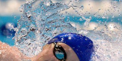 Nadar: lo ideal es impulsar el cuerpo hacia los lados mientras se coordina usando brazos y piernas, así se evitarán dolores de espalda. Foto:vía Getty Images