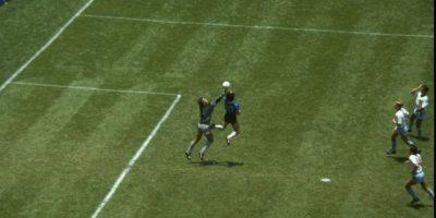 Uno de los dos goles que marcó Maradona a Inglaterra en el Mundial de 1986 Foto:Getty Images