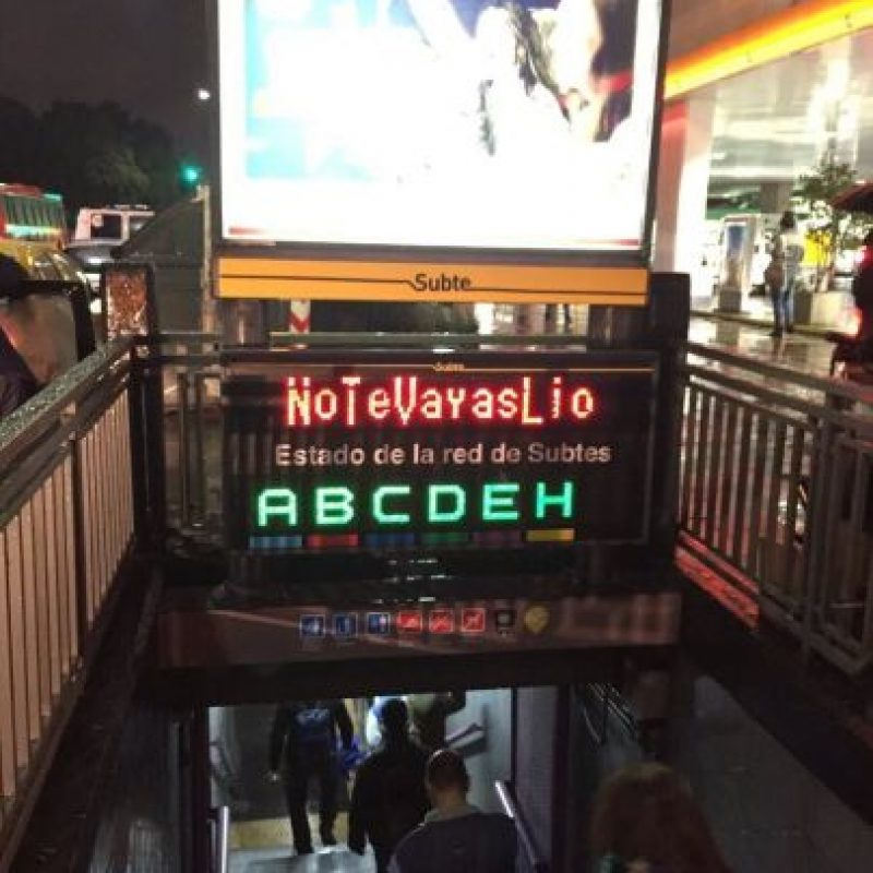 En las calles y estaciones de subterráneo se podía leer el mensae Foto:Twitter.com