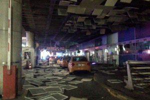 Partes del techo y del equipaje de las personas llegó hasta la zona de taxis Foto:AP