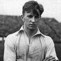 Albert Guðmundsson aparece en el video. Fue el primer jugador profesional islandés y jugó en Arsenal Foto:arsenal.com