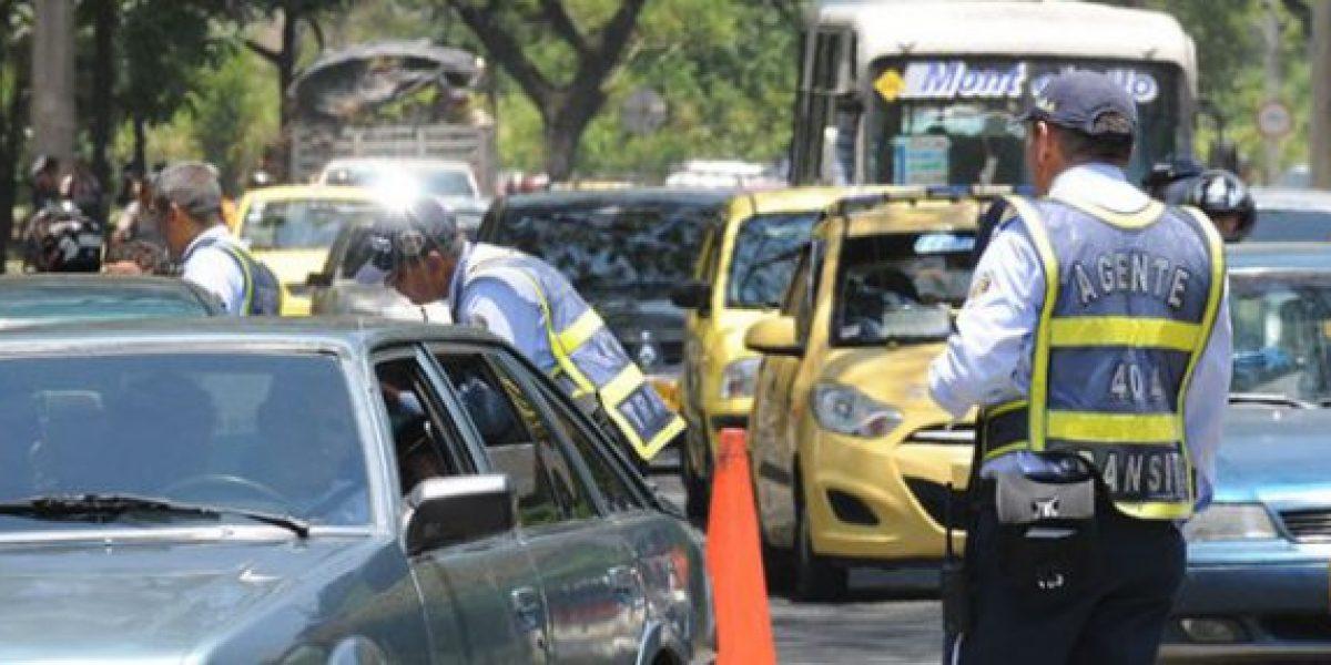 El curioso video de un agente de tránsito que multa en Cali a ritmo de salsa