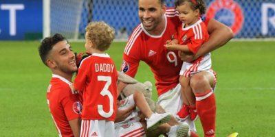 Luego de la clasificación de Gales, los hijos de los jugadores repletaron las canchas Foto:DPA