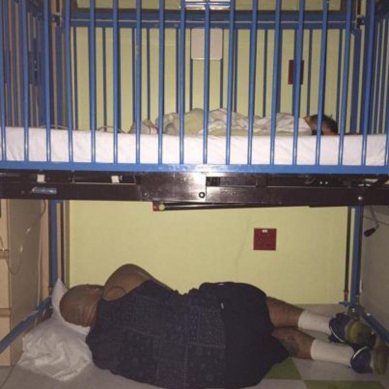 Andre Palmer descansa debajo de la cuna de hospital de su hijo de 20 meses de edad que sufrió una crisis asmática.