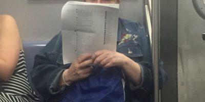La mujer captada en el metro de Nueva York parece completamente concentrada en su lectura de comentarios de Facebook.