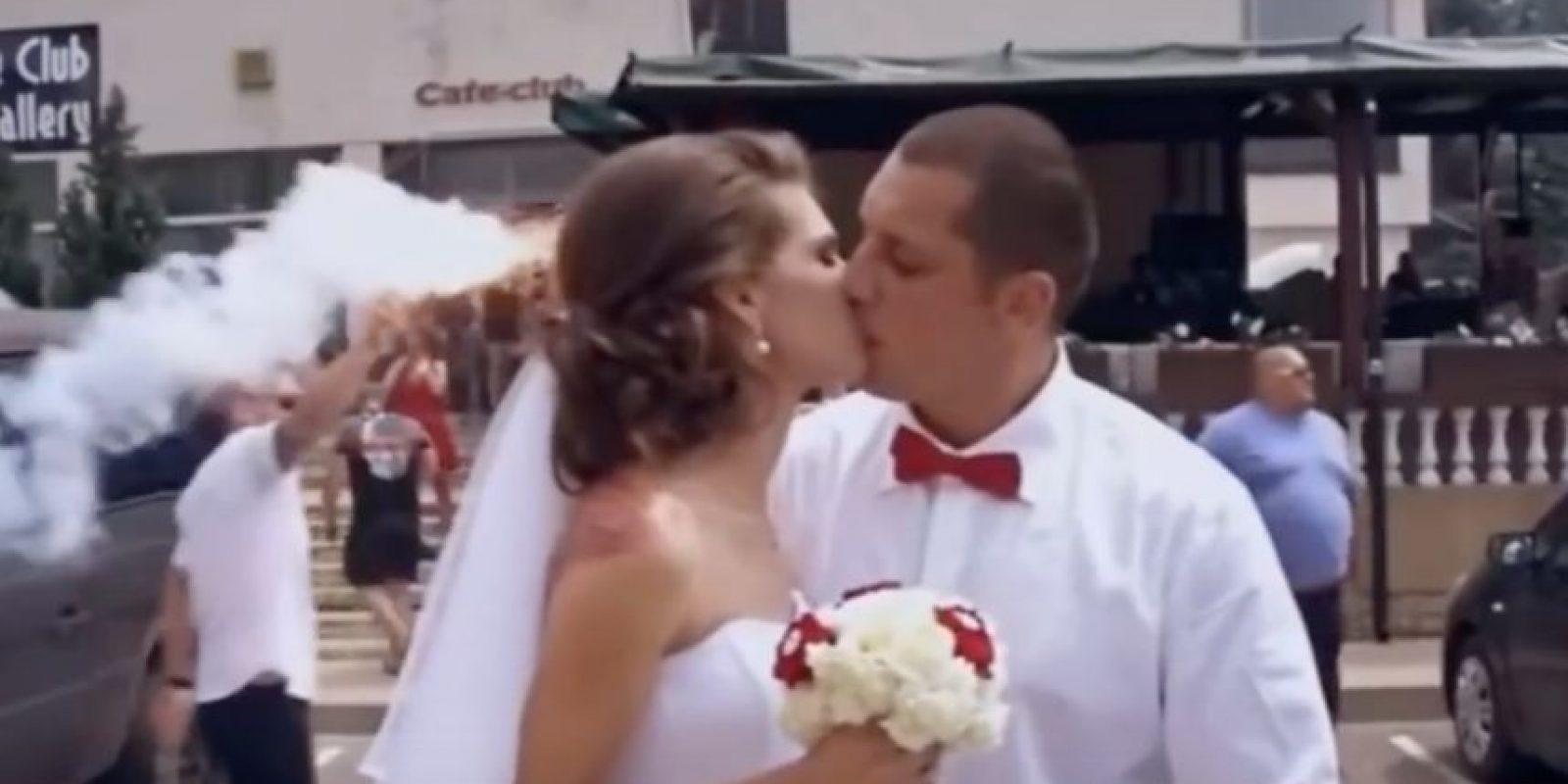 La pareja celebró su unión en torno a bengalas, cánticos y lienzos Foto:Captura de pantalla