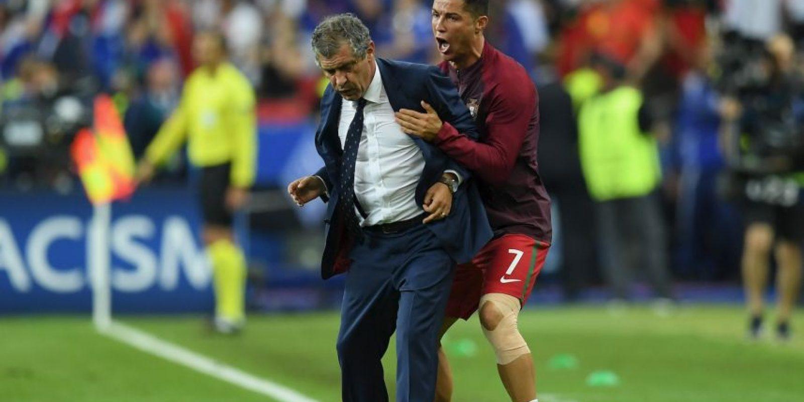 Incluso, casi termina golpeando, por casualidad, al técnico Fernando Santos Foto:Getty Images