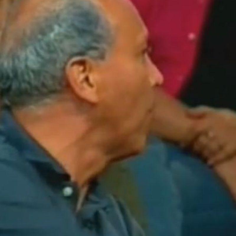 Un denunciante se pone a pelear con el guardia de seguridad, que secunda a Ana María en pedirle silencio. Foto:Telemundo