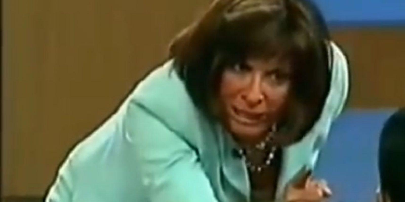 """El tipo la sigue golpeando y Ana María dice: """"no frente a mí"""". Foto:Telemundo"""