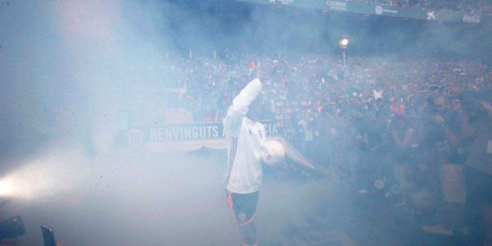 El portugués y recientemente campeón de la Eurocopa causó expectación de los hinchas Foto:Twitter Valencia