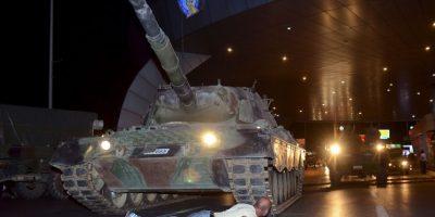 La foto muestra el nivel de protesta y resistencia ciudadana a la sublevación del Ejército Foto:AP
