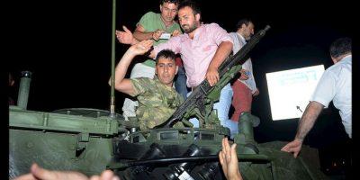 La población demostró así su desobediencia civil a favor de mantener la democracia en el país. Foto:AP