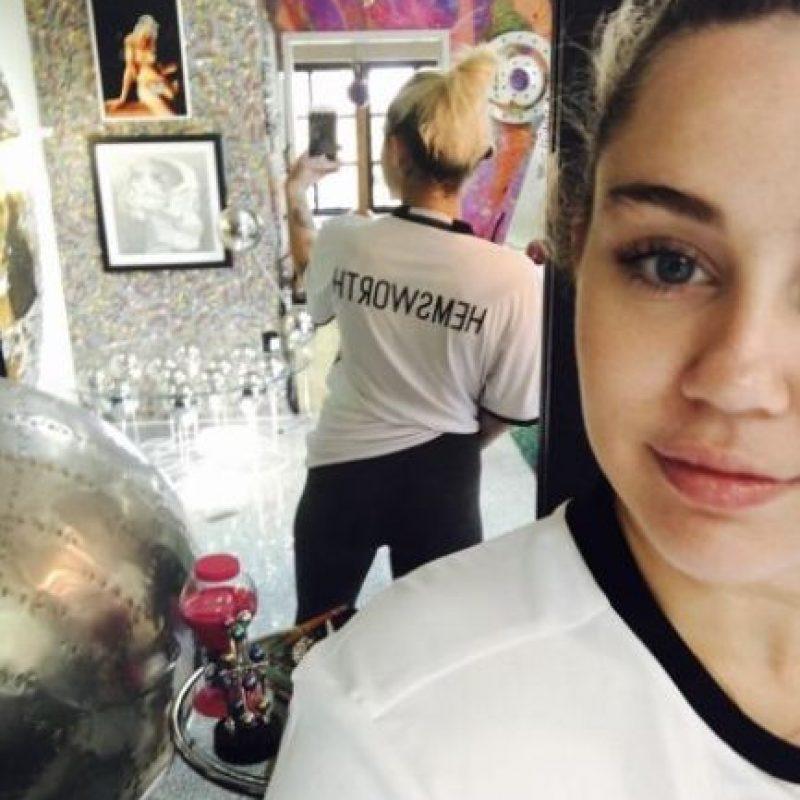 Miley luce más feliz que antes y muestra de ello es este selfie con una camiseta que lleva el apellido Hemsworth Foto:Instagram @mileycyrus