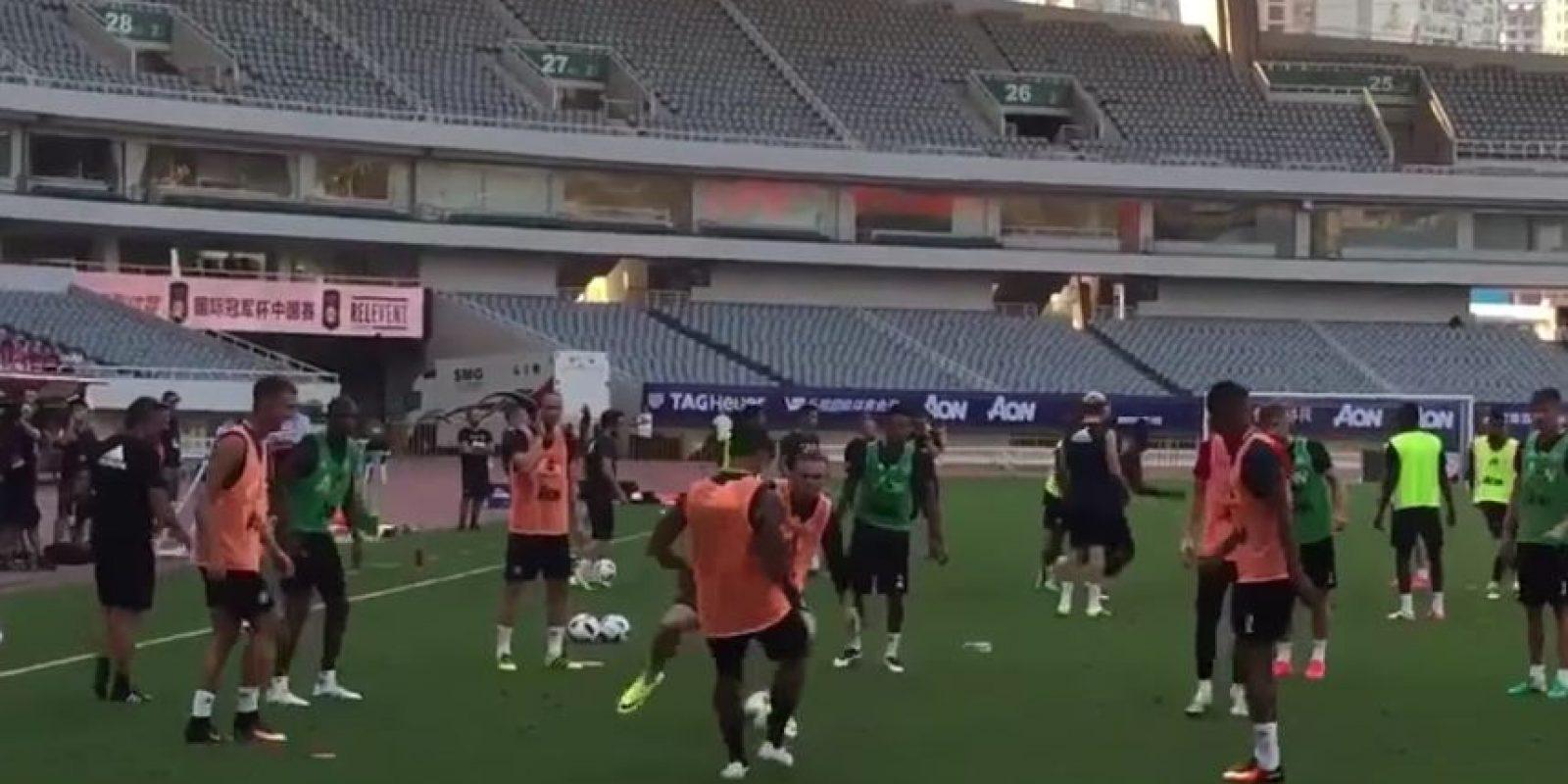 Wayne Rooney no pudo evitar el caño en el entrenamiento de Manchester United Foto:Captura de pantalla