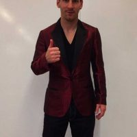 En su cuenta de Instagram, Leo Messi compartió esta imagen donde aparece con un saco rojizo, parecido al que había usado en esa gala del Balón de Oro. Foto:Vía instagram.com/leomessi