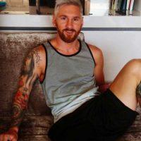 ¿Qué tal? Ahora Leo lleva el cabello de color rubio platinado. Foto:Vía instagram.com/antoroccuzzo88