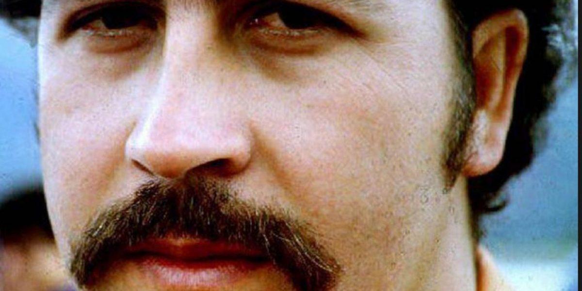 Alcalde hace que reggaetonero se quite camiseta de Pablo Escobar