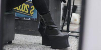 Johannes midiéndose los zapatos que compró para su show. Foto:Sofía Toscano-Publimetro