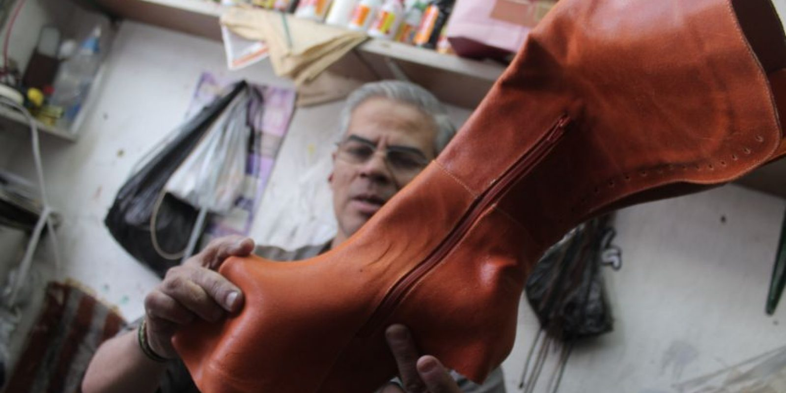 Uno de los trabajadores de la fábrica mientras explica el proceso de elaboración de unos zapatos personalizados. Foto:Sofía Toscano- Publimetro