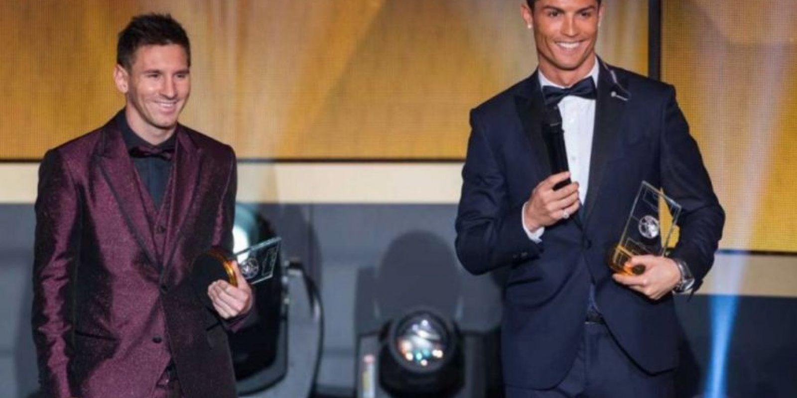 En la gala del Balón de Oro 2015 llamó la atención con este traje en color vino metálico. Foto:Getty Images