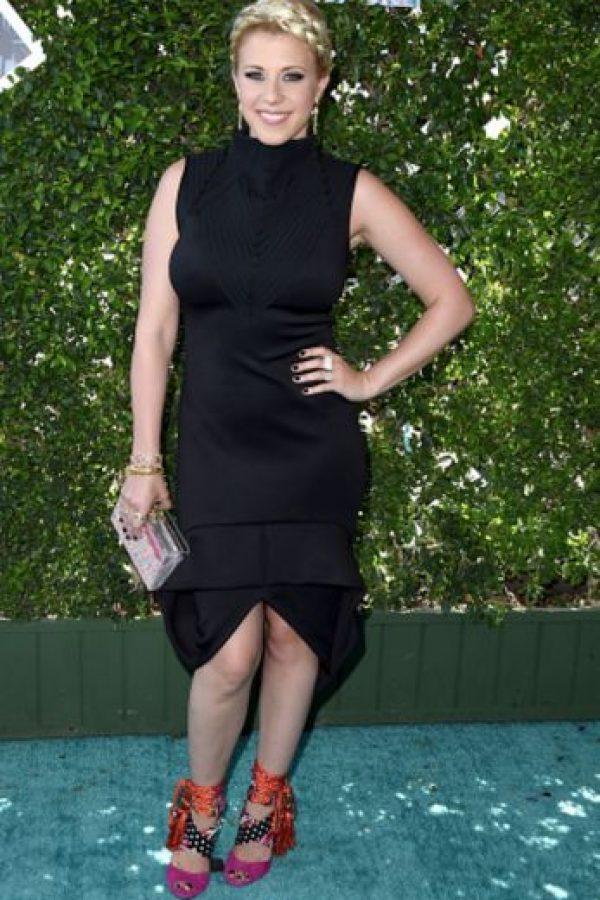 El caso de Jodie Sweetin es atroz: las sandalias cortan su silueta, la apertura de abajo también, el vestido le queda supremamente ajustado y poco favorecedor y las trenzas no la ayudan. Foto:Getty Images