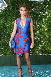 Sarah Hyland en un cuidado estampado de temporada. Foto: Getty Images