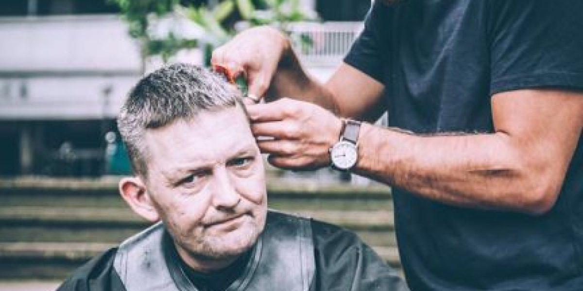 ¿El mejor peluquero del mundo? Regala cortes a los vagabundos