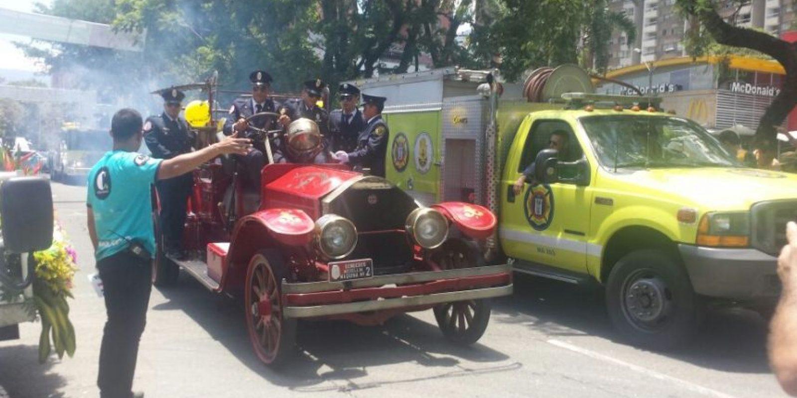 La primera máquina de bomberos que tuvo Medellín, junto con su equivalente moderno Foto:Ariadne Agámez – Publimetro