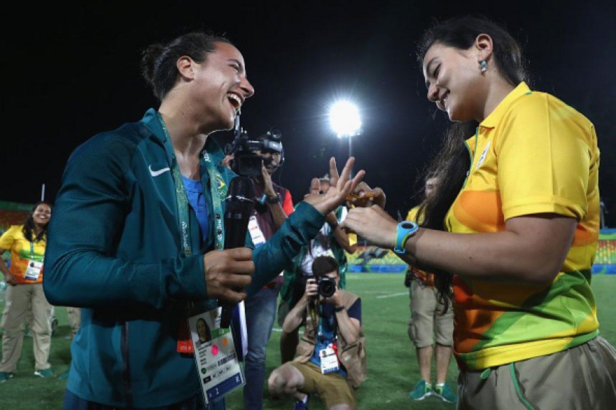 Isadora Cerullo (de verde) recibió un anillo con forma de listón amarillo Foto:Getty Images