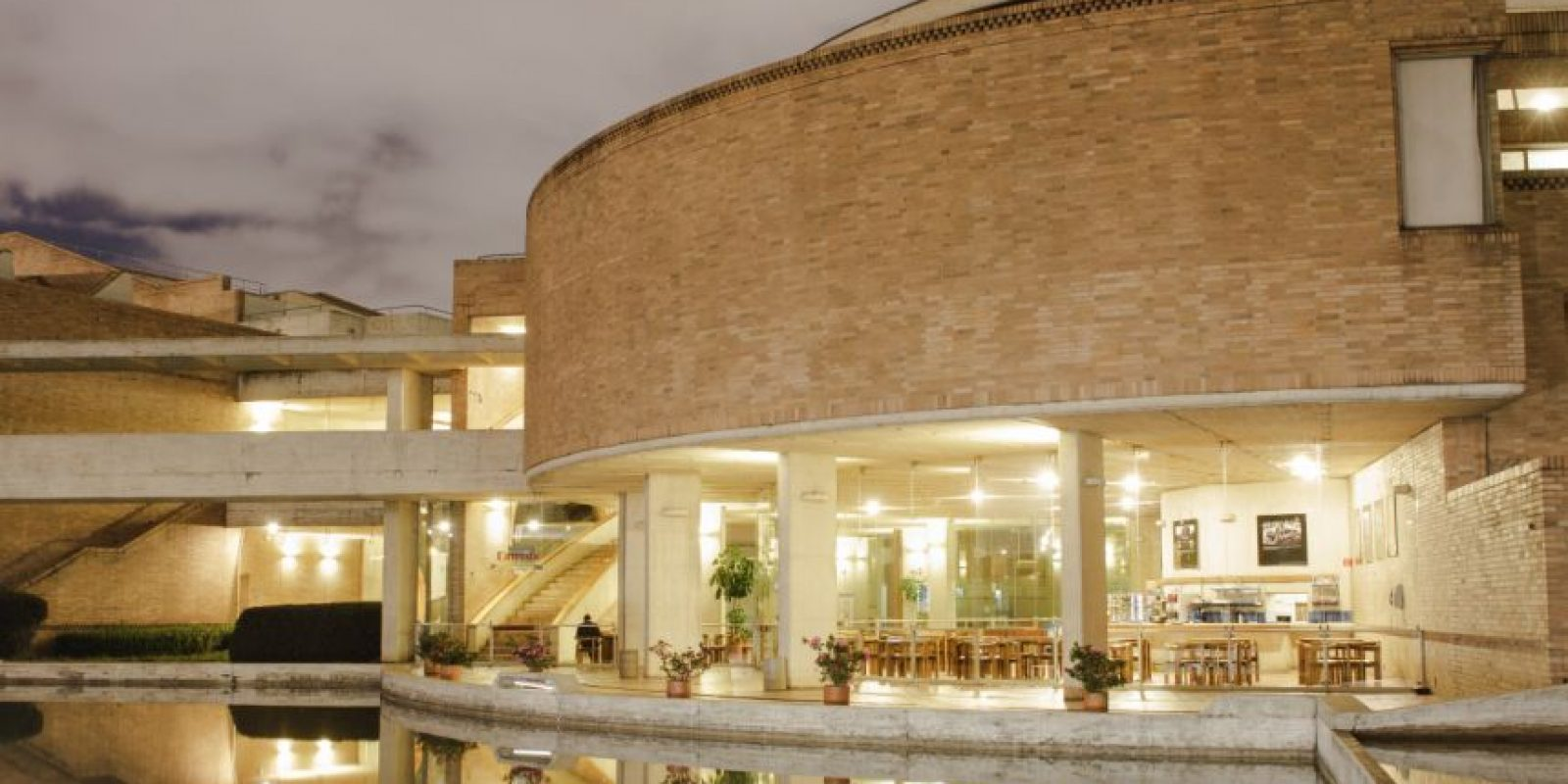 El diseño de la biblioteca es en forma circular, rodeada por espejos de agua y grandes ventanales para una lectura más plácida. Los techos están cubiertos de baldosa cerámica y hacen alusión a la cultura precolombina Quimbaya. Foto:Juan Pablo Pino- Publimetro