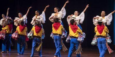 Espectáculo 'Vive Medellín', más de 20 artistas en escena rememorando los más importantes acontecimientos de la ciudad. Foto:Cortesía Ballet Folklórico de Antioquia.